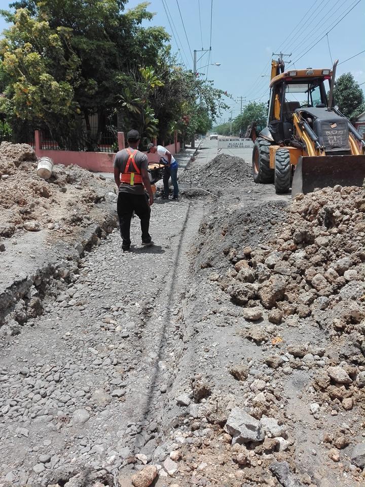 Alcaldía de Pimentel repara badenes y hoyos en la avenida principal